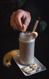 Milkshake servi avec une paille en bambou